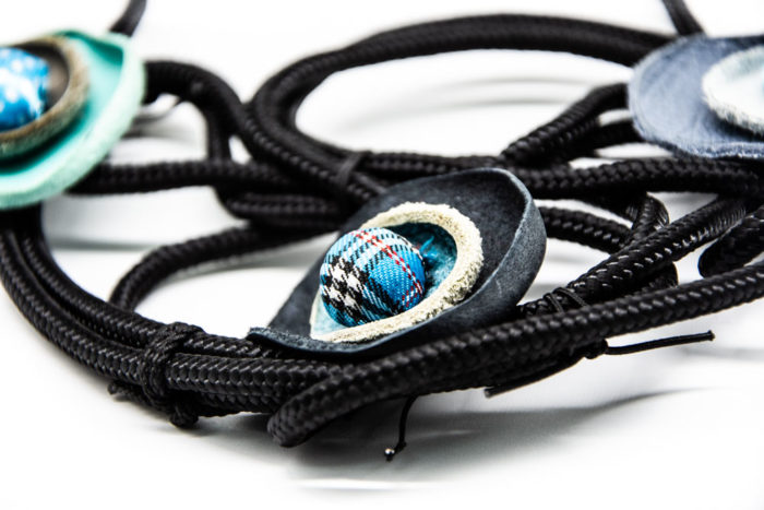 kožni privjesak s dodanim pompomom na ogrlici od konopa