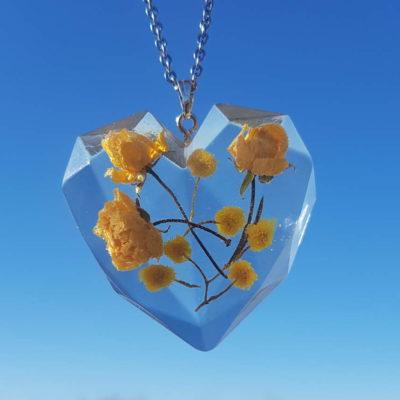 Oglica sa srcolikim privjeskom od epoksi smole sa žutom Banks ružom i mimozom
