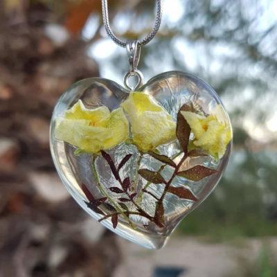 Lančić sa srcolikim privjeskom od epoksi smole s tri cvijeta jasmina i grančicama ruže