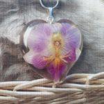 Privjesak ogrlice od epoksi smole s rozim cvijetom orhideje