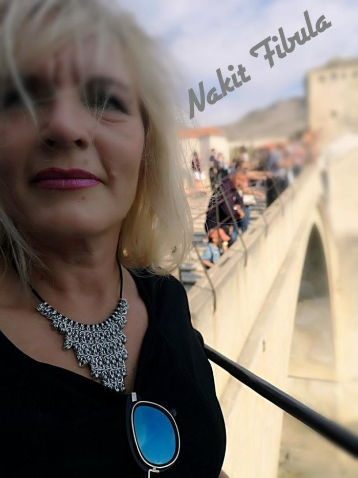 Ogrlica od aluminijske žice by Nakit Fibula na ženskoj osobi