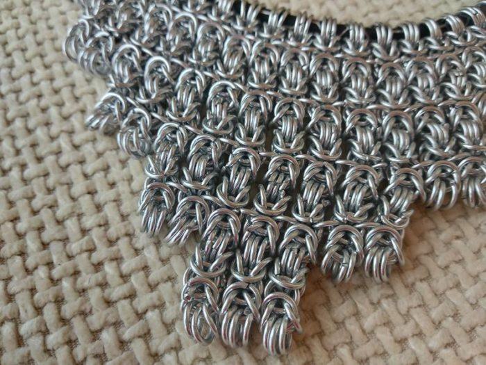 Ogrlica od nehrđajućeg čelika by Nakit Fibula na dekorativnoj pozadini