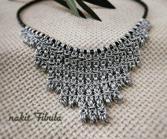 Ogrlica od aluminijske žice by Nakit Fibula na dekorativnoj pozadini
