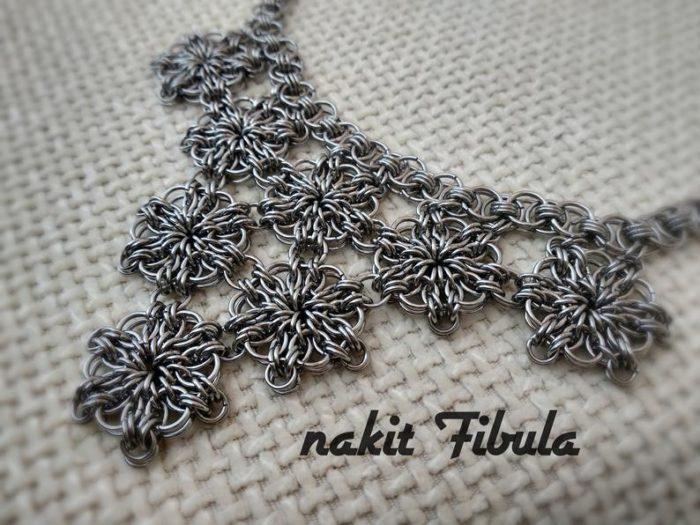 Ogrlica od nehrđajućeg čelika by Nakit Fibula s cvjetnim uzorkom na dekorativnoj pozadini, približena