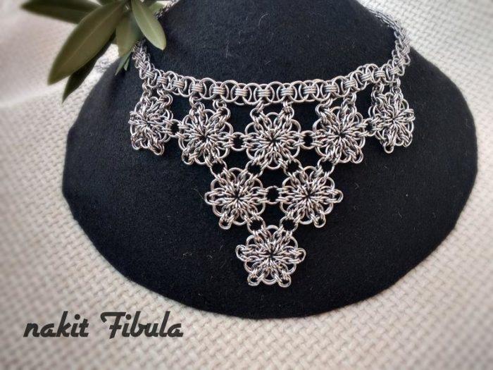 Ogrlica od nehrđajućeg čelika s cvjetnim uzorkom by Nakit Fibula na crnom stalku za ogrlice