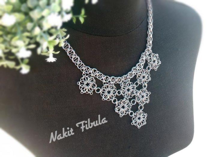 Ogrlica od nehrđajućeg čelika s cvjetnim uzorkom by Nakit Fibula na posebnom crnom stalku za ogrlice