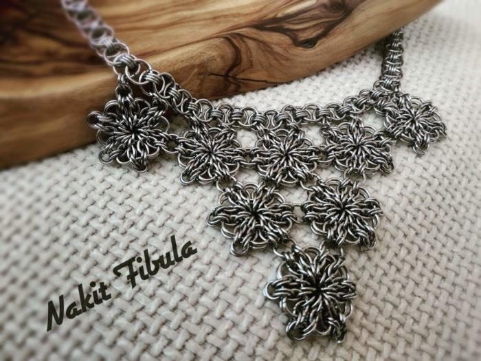 Ogrlica od nehrđajućeg čelika s cvjentim uzorkom na dekorativnoj pozadini