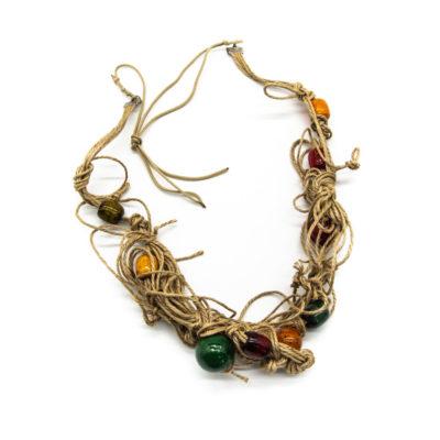 Ogrlica od špage s dodanim drvenim šarenim kuglicama