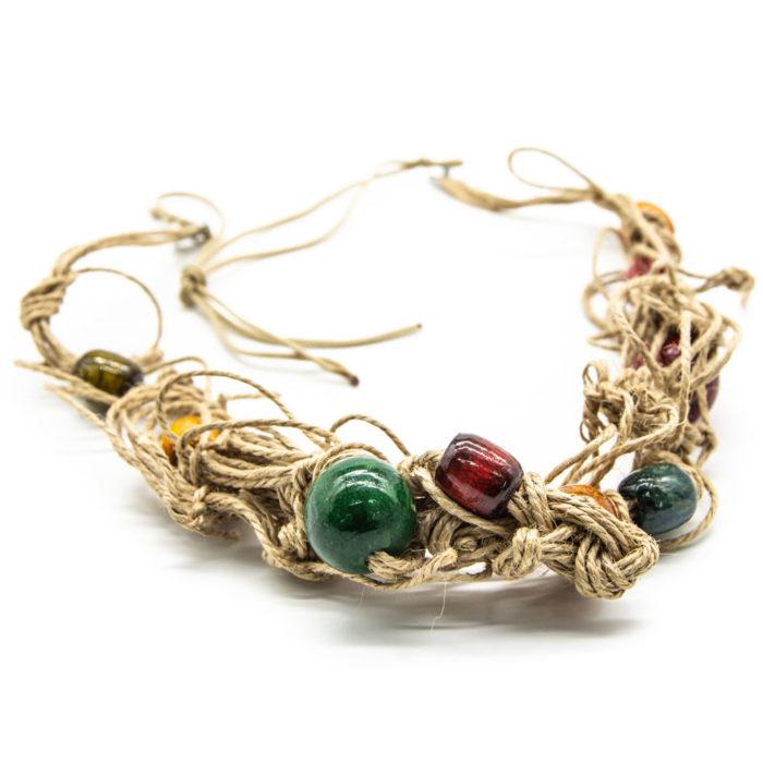 šarene drvene kuglice na ručno rađenoj ogrlici od špage