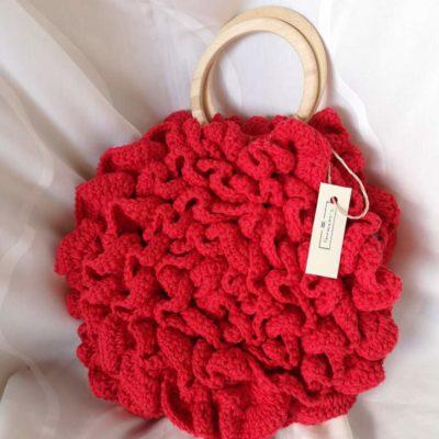 Crvena heklana torba s drvenim ručkama i etiketom S_hekleraj na bijeloj pozadini