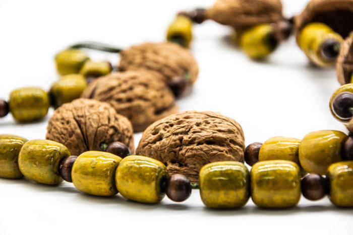 Ljuska oraha i drvene žute kuglice na ručno rađenoj ogrlici