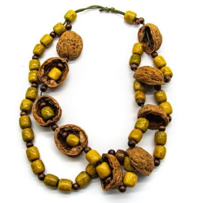 Ogrlica od ljuske oraha i dodanih žutih drvenih kuglica