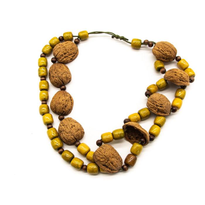 Ljuska oraha i drvene kuglice na ručno rađenoj ogrlici