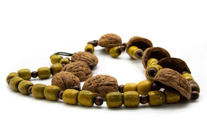 Drvene žute kuglice i ljuska oraha na ogrlici od konopa