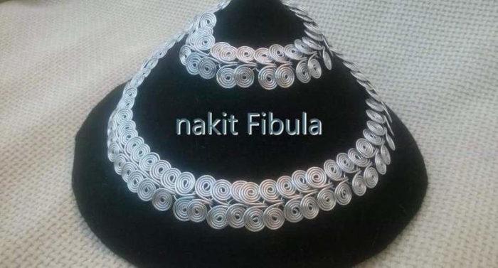 Starorimska spiralna ogrlica by Nakit Fibula u dvije veličine izložene na stalku za ogrlice