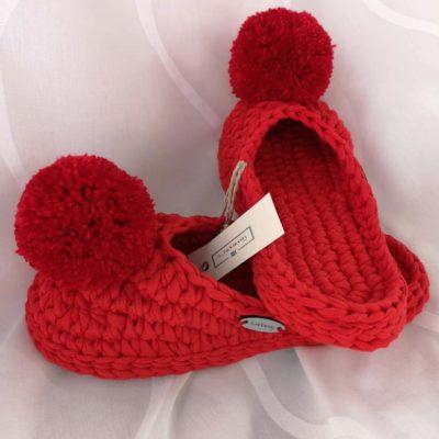 Crvene heklane papuče s crvenim pompomom na bijeloj podlozi