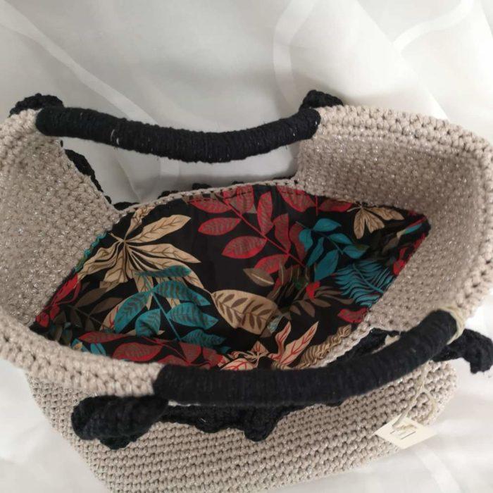 Platnena cvjetna unutrašnjost heklane bež torbe s crnim heklanim ručkama