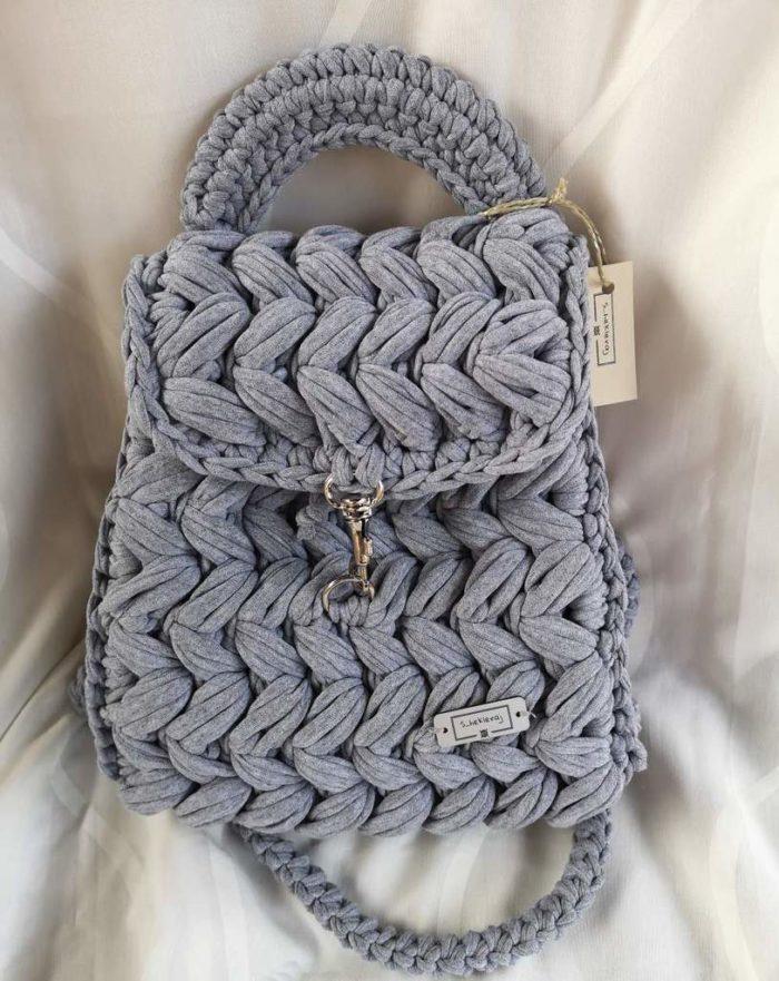 Heklani sivi ruksak s heklanim naramenicama i ručkom, zlatnom kopčicom i etiketom S_hekleraj