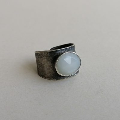 Srebrni prsten s mjesečevim kamenom