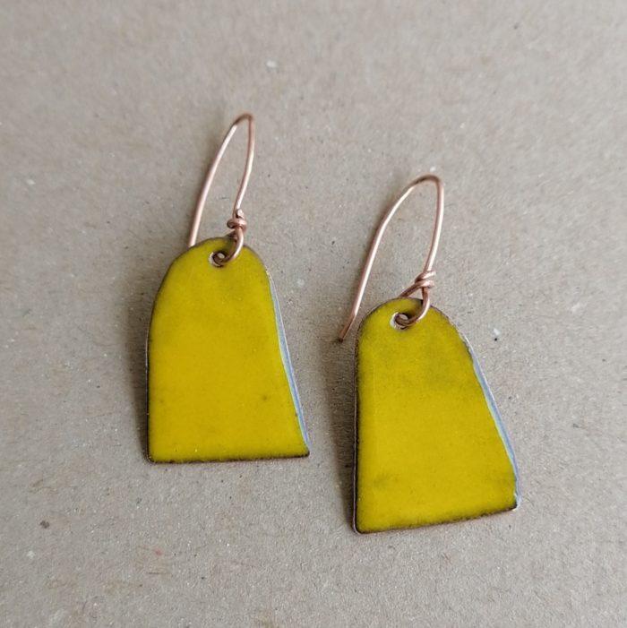 male žute emajlirane naušnice